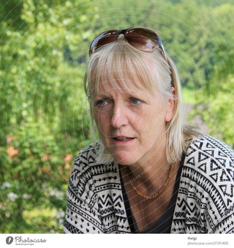 Porträt einer Frau mit halblangen blonden Haaren und Sonnenbrille auf dem Kopf Mensch feminin Erwachsene 1 45-60 Jahre Umwelt Natur Pflanze Frühling