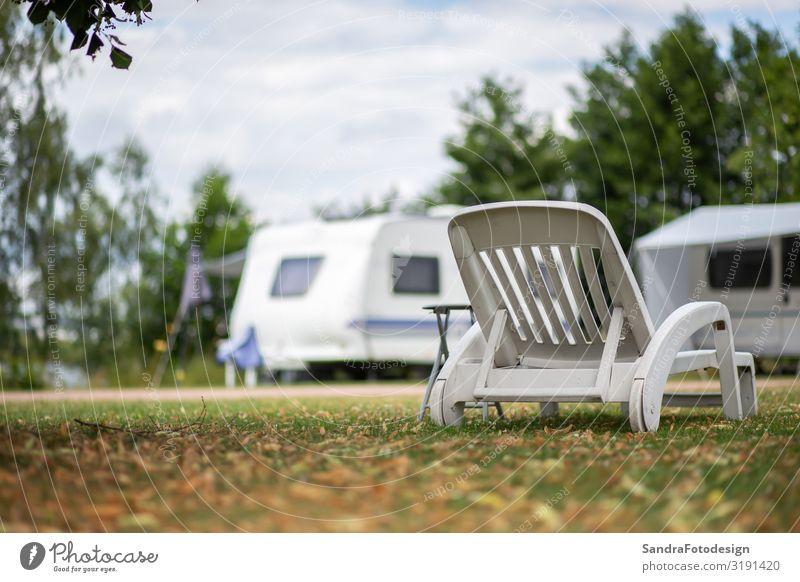 White deckchair in a meadow at a campsite Lifestyle Erholung Freizeit & Hobby Ferien & Urlaub & Reisen Camping Garten Natur Park camping prak camping site