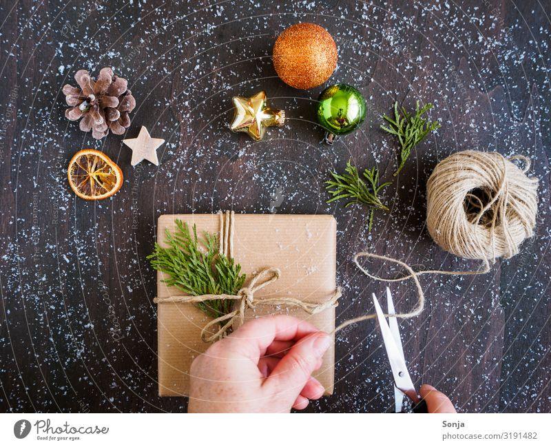 Frau beim Geschenk einpacken, Weihnachtsdekoration Freizeit & Hobby Weihnachten & Advent Geburtstag feminin Erwachsene Leben Hand 1 Mensch 45-60 Jahre Paket