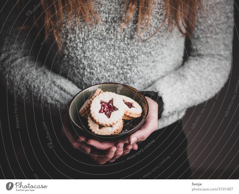 Frau hält Weihnachtskekse in einer Schüssel in ihren Händen Lebensmittel Teigwaren Backwaren Dessert Keks Ernährung Kaffeetrinken Schalen & Schüsseln Lifestyle