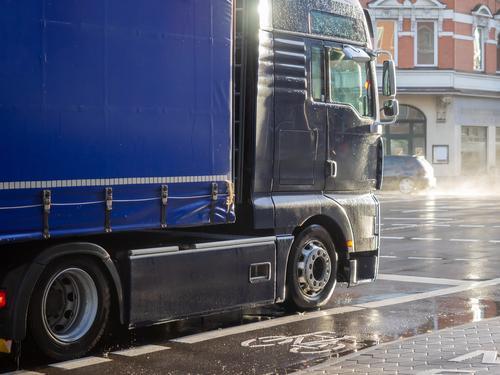 A truck stops at the traffic light, it's raining Güterverkehr & Logistik Business Berufsverkehr Straße Lastwagen Arbeit & Erwerbstätigkeit fahren after the rain