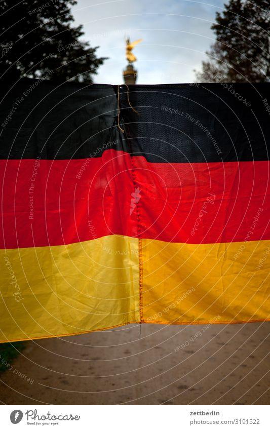 Deutschlandflagge und Siegessäule Tiergarten Abend Berlin blattgold Denkmal Deutsche Flagge else Fahne Feierabend Figur Goldelse großer stern Hauptstadt Himmel
