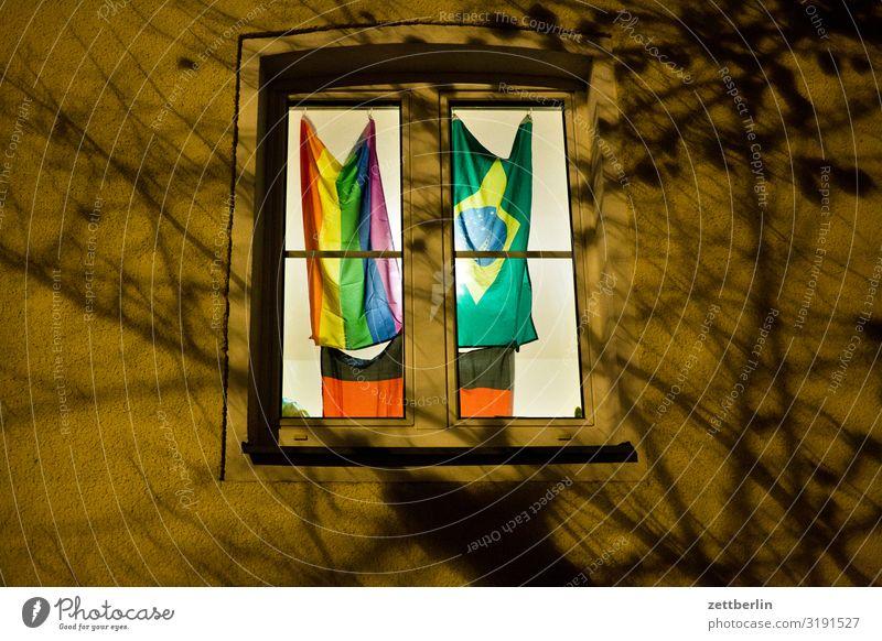 Drei Fahnen im Fenster Stadt Haus dunkel Berlin Gebäude Deutschland Stadtleben Deutsche Flagge geheimnisvoll erleuchten Homosexualität Regenbogen