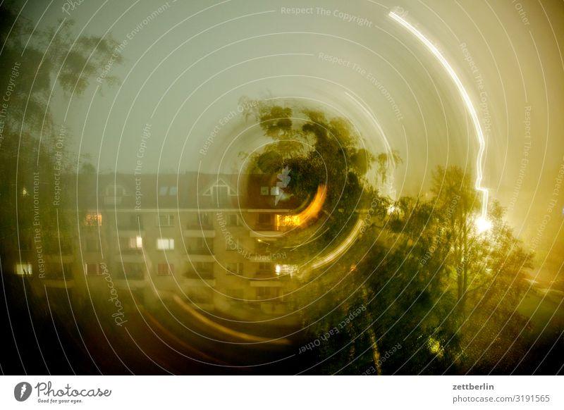 Verwirrter Blick aus dem Fenster Himmel Himmel (Jenseits) Stadt Haus dunkel Textfreiraum Fassade Häusliches Leben Wetter Kreis Wohnhaus Irritation drehen