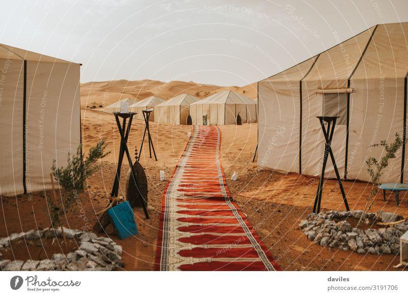 Großartiges Lagerzelt inmitten der Wüste Lifestyle exotisch Ferien & Urlaub & Reisen Tourismus Abenteuer Camping Berge u. Gebirge wandern Haus Kultur Natur