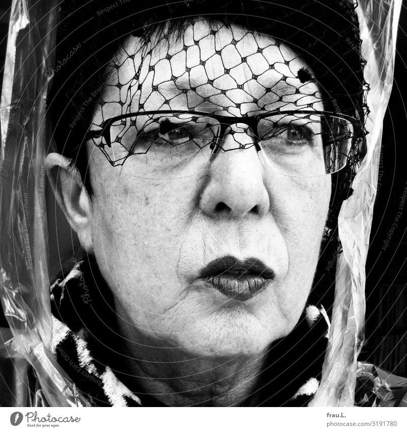 Vorher Frau Mensch alt Gesicht Erwachsene Senior feminin 60 und älter einzigartig beobachten Brille Weiblicher Senior Hut Hautfalten schwarzhaarig skurril