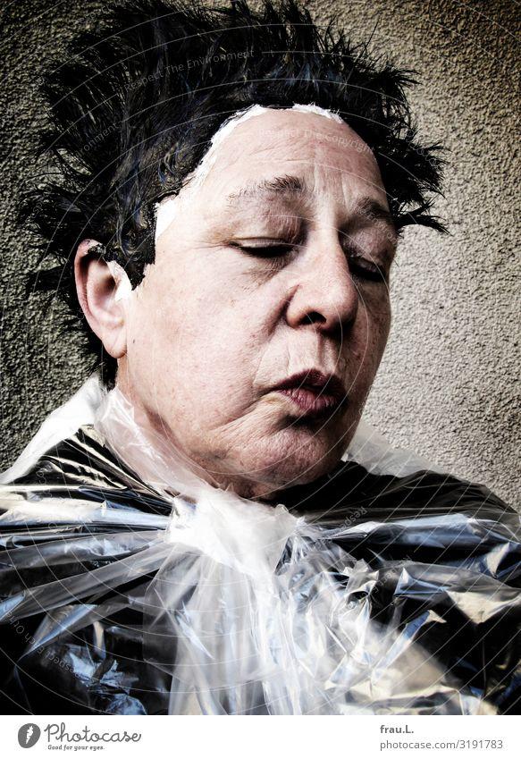 beim Frisör Frau Mensch schön Senior feminin außergewöhnlich Haare & Frisuren 60 und älter warten Weiblicher Senior trashig schwarzhaarig Friseursalon Ärger