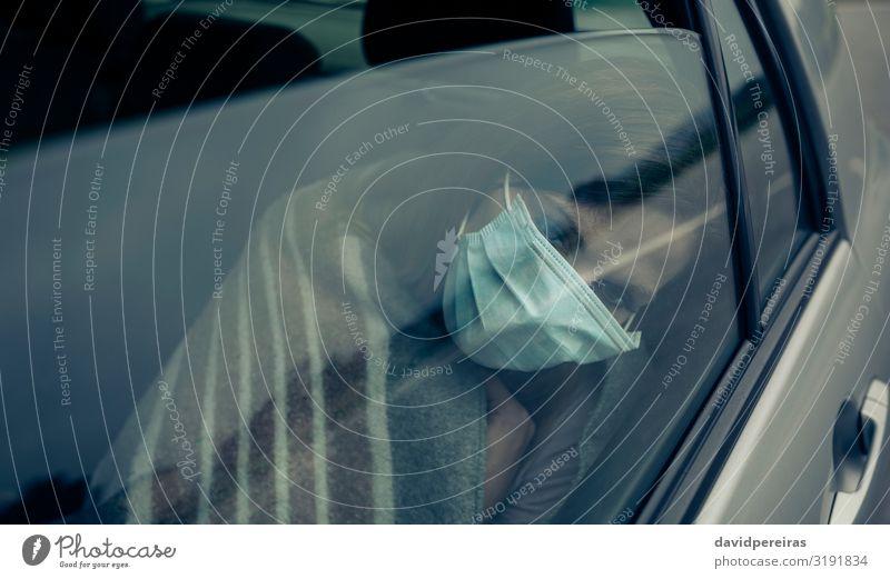 Blick durch die Autoscheibe einer Frau mit Maske Krankheit Medikament Mensch Erwachsene PKW sitzen Schutz Müdigkeit Seuche Virus anmachend Mundschutz