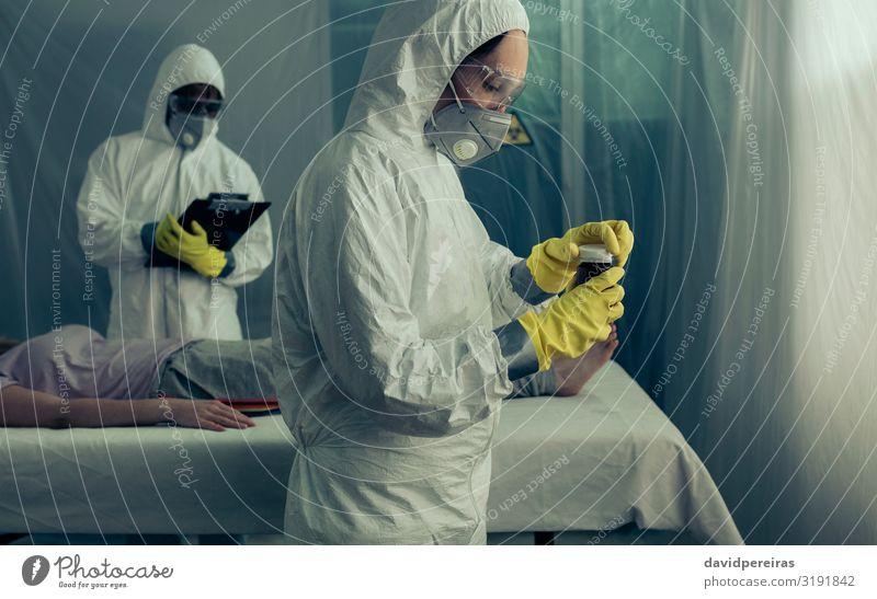 Ärzte bereiten Medikamente für kranke Frauen vor Behandlung Krankheit Arzt Mensch Erwachsene Mann Handschuhe liegen Seuche Medizin Flasche Feldkrankenhaus