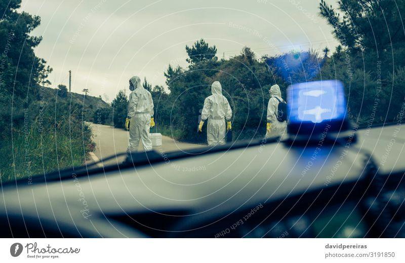 Notfallwagen von Personen mit bakteriologischen Schutzanzügen Mensch Frau Erwachsene Mann Straße PKW Handschuhe Krise Seuche Schutzanzug suchend Beweis