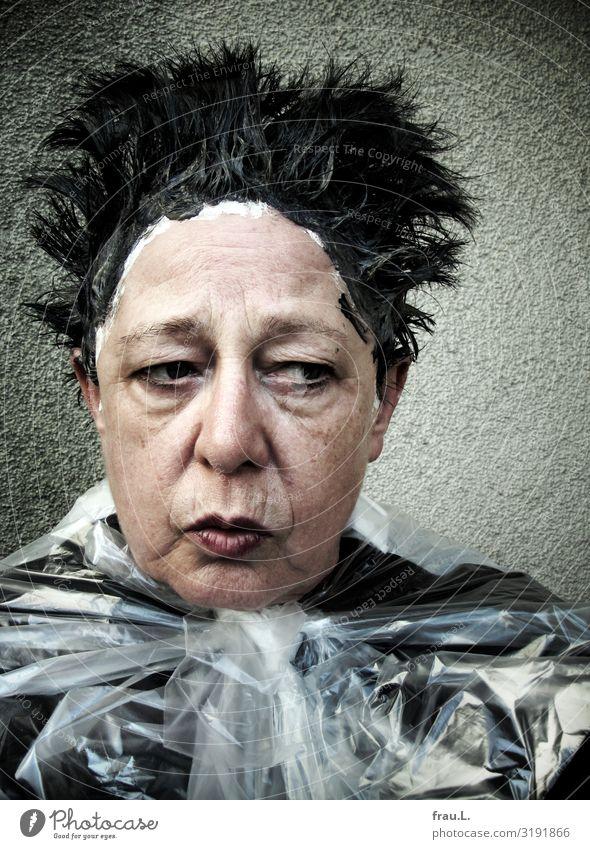 Nachher schön Haare & Frisuren Mensch feminin Frau Erwachsene Weiblicher Senior Gesicht 1 60 und älter Brille schwarzhaarig Enttäuschung Scham Entsetzen
