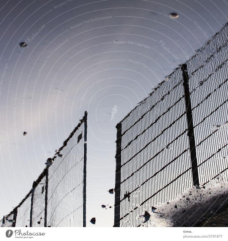 Geschichten vom Zaun (XLVIII) Baustelle Handwerk Durchgang Straße Asphalt Zaunpfahl Stein außergewöhnlich Sicherheit Schutz Wachsamkeit Leben Neugier