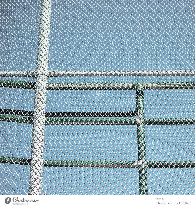 Geschichten vom Zaun (XXXIII) Himmel blau Stadt grün Ferne grau Design Linie Metall Schönes Wetter Schutz Sicherheit Geländer Zusammenhalt Netzwerk