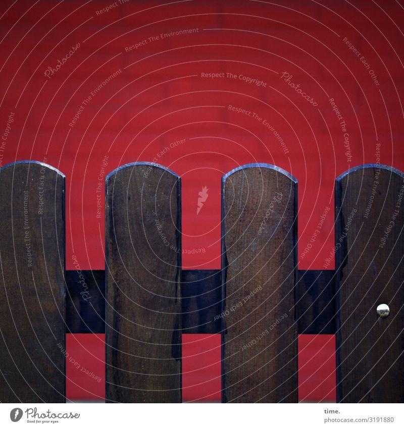 Geschichten vom Zaun (XXXII) Mauer Wand Holzzaun Schraube Stein Linie dunkel braun rot silber Ausdauer standhaft Ordnungsliebe Stolz eitel Design entdecken