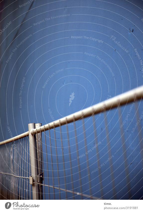 Geschichten vom Zaun (XLV) Baustelle Handwerk Mauer Wand Bauzaun Begrenzung Stein Metall Linie dunkel trashig blau grau Optimismus Sicherheit Schutz Wachsamkeit