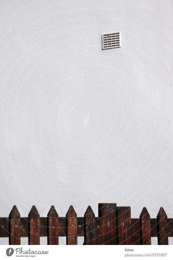 Geschichten vom Zaun (XLII) Haus Mauer Wand Lüftungsschacht Begrenzung Holz einfach gruselig trist Stadt Sicherheit Schutz Ausdauer standhaft Ordnungsliebe