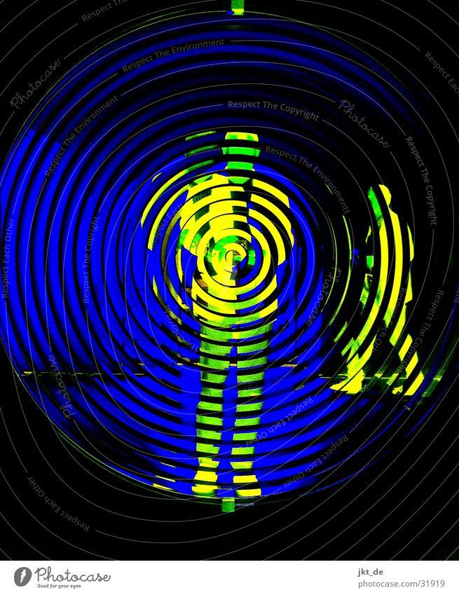 mirror blue 2 Mensch Mann blau schwarz Spiegel Spirale