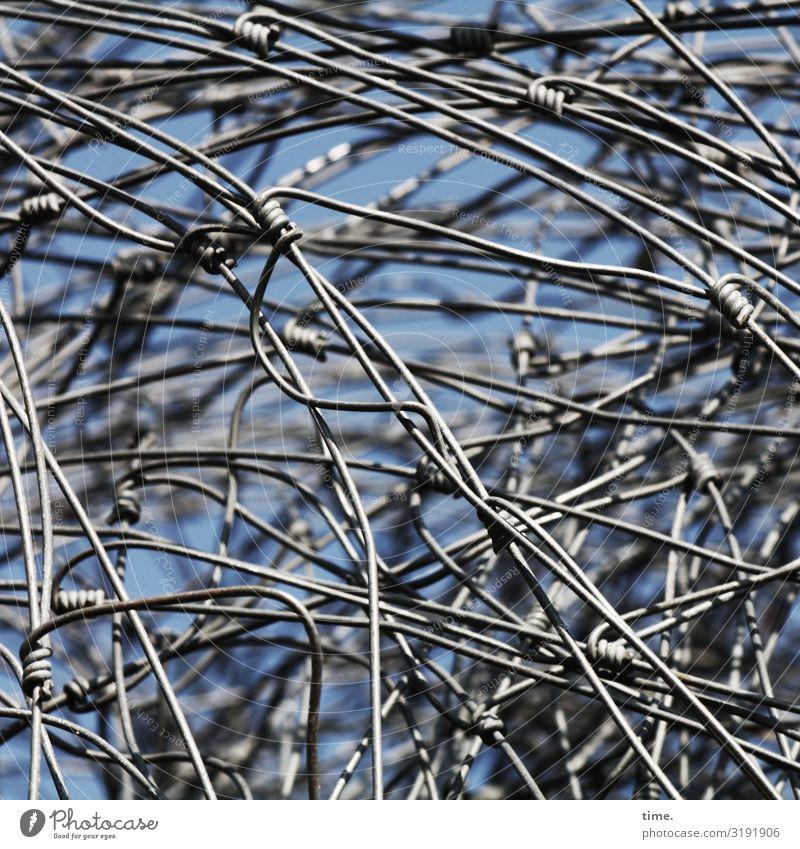 Geschichten vom Zaun (XLI) Kunst Kunstwerk Skulptur Draht Biegung Metall Linie blau grau ästhetisch chaotisch Design entdecken Entschlossenheit bedrohlich