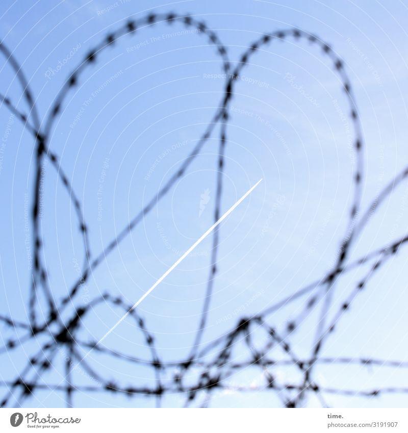 Geschichten vom Zaun (XXXIV) Himmel Schönes Wetter Luftverkehr Kondensstreifen Stacheldraht Stacheldrahtzaun Linie eckig Stadt blau Macht Sicherheit Schutz