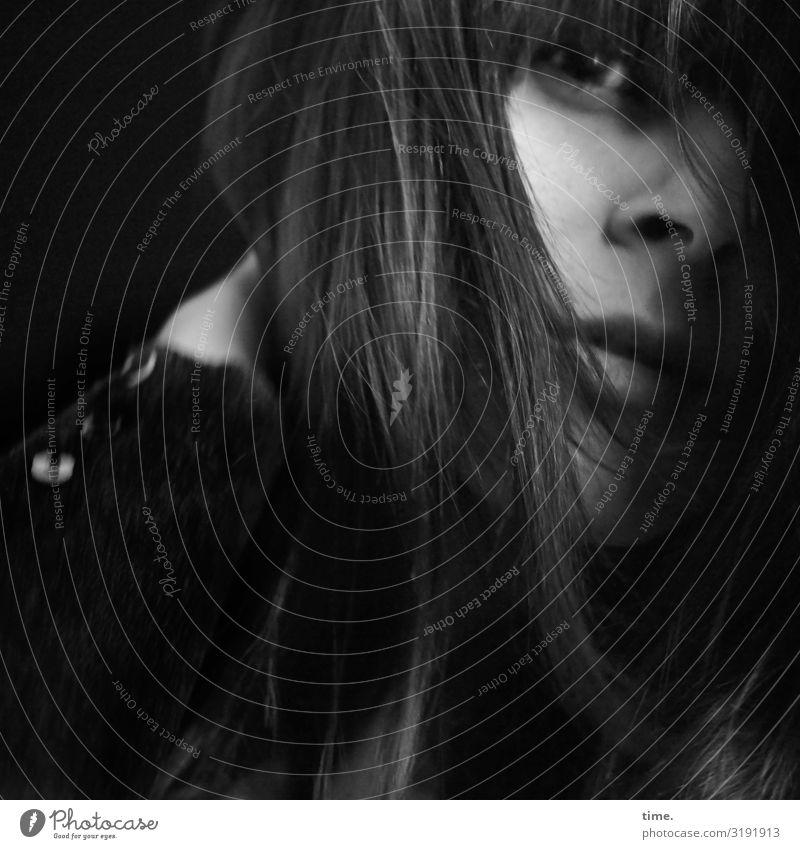 aka rolleyes feminin Frau Erwachsene 1 Mensch Pullover brünett langhaarig beobachten Denken entdecken festhalten Blick warten dunkel Sicherheit Schutz Neugier