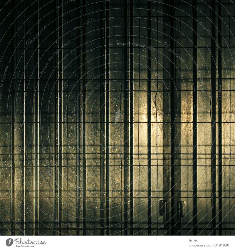 Geschichten vom Zaun (L) Arbeitsplatz Baustelle Handwerk Fassade Tür Bauzaun Bauplane Linie Netzwerk dunkel Sicherheit Schutz Leben Neugier Überraschung Stress