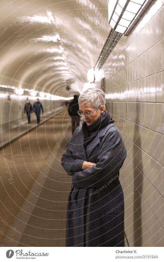 Weltschmerz | im Elbtunnel Mensch feminin Frau Erwachsene Weiblicher Senior 1 45-60 Jahre Hamburg Deutschland Europa Stadt Hafenstadt Tunnel Bauwerk Architektur