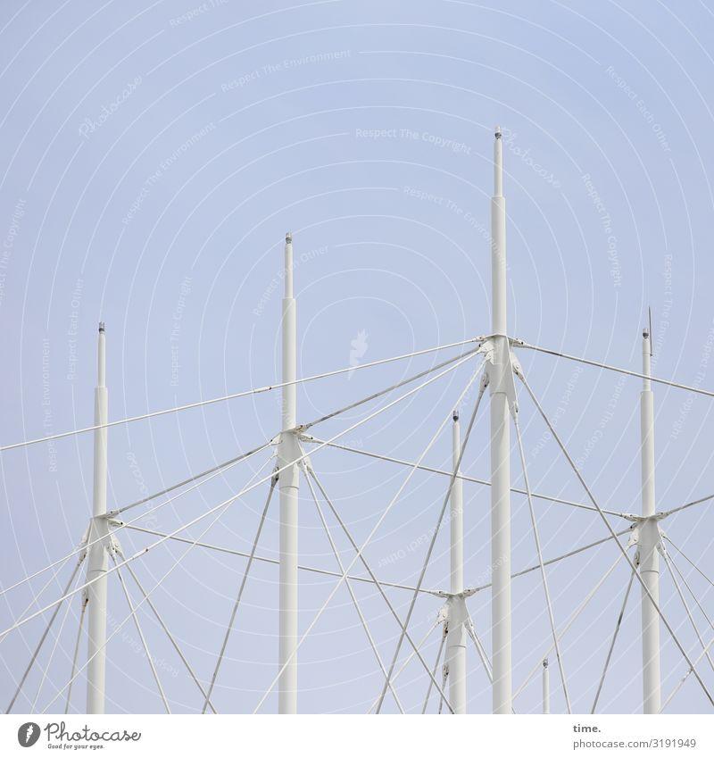 Symmetrie | white poles symmetrisch symmetrie architektur stangen metall gleichmäßig weiß hell himmel sonnig spitzen gerüst