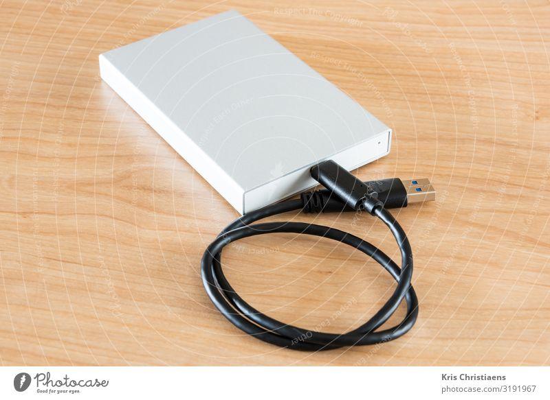 Externes Festplattenlaufwerk Schule lernen Büroarbeit Arbeitsplatz Business Mittelstand Unternehmen sprechen Computer Notebook Hardware Kabel
