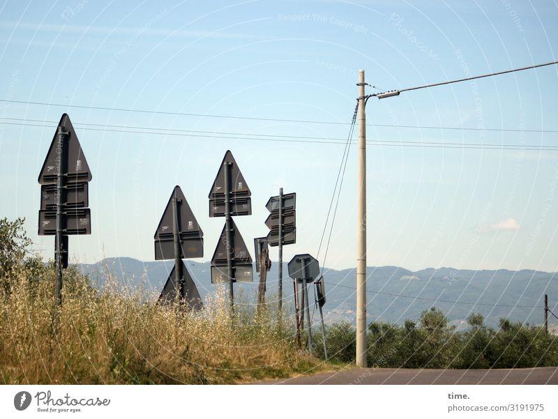 sicher ist sicher schild verkehrsschild straßenverkehrsordnung straßenschild Berge Horizont Himmel stromleitung Strommast Straße kreuzung Sommer sonnig