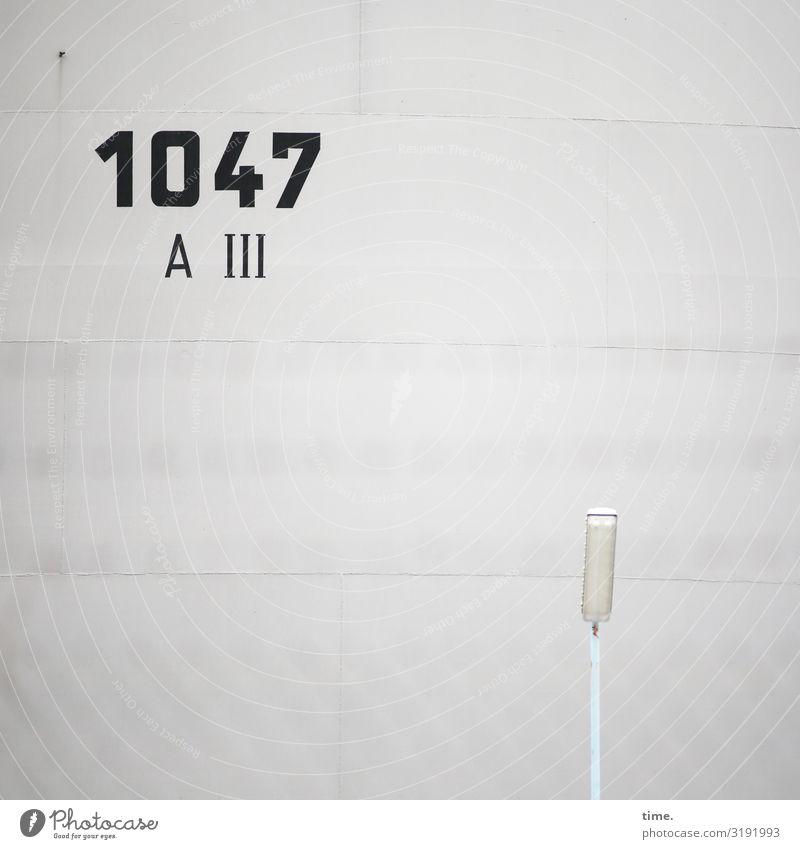 Rechenaufgabe Bauwerk Gebäude Mauer Wand Straßenbeleuchtung Lampe Beton Zeichen Schriftzeichen Ziffern & Zahlen Schilder & Markierungen grau Wachsamkeit