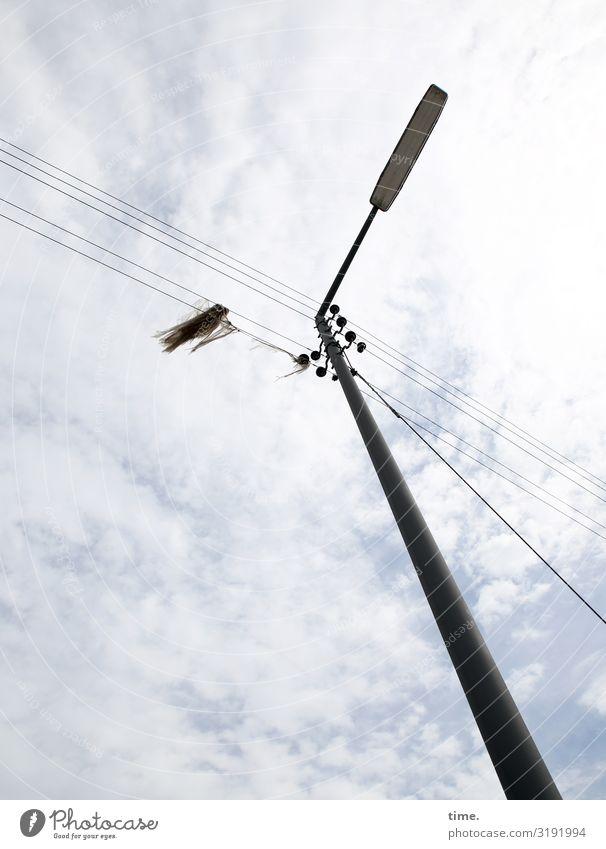 Lightbox (XIII) Energiewirtschaft Oberleitung Hochspannungsleitung Kabel Himmel Wolken Schönes Wetter Lampe Laterne Laternenpfahl Stoff Fetzen Stein Metall