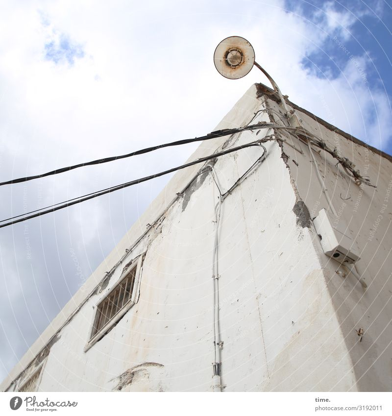 Lightbox (XII) Energiewirtschaft Lampe Laterne Leitung Kabel Himmel Wolken Schönes Wetter Haus Mauer Wand Fenster Dach Zusammensein hoch Wachsamkeit Ausdauer