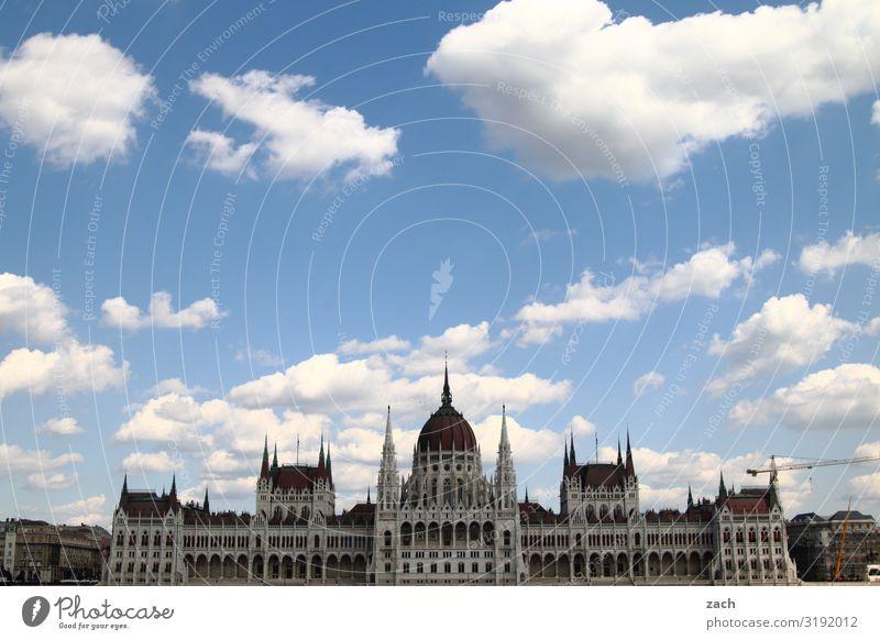 Parlament, Budapest Himmel Wolken Schönes Wetter Ungarn Stadt Hauptstadt Stadtzentrum Altstadt Palast Rathaus Turm Bauwerk Parlamentsgebäude Wahrzeichen blau