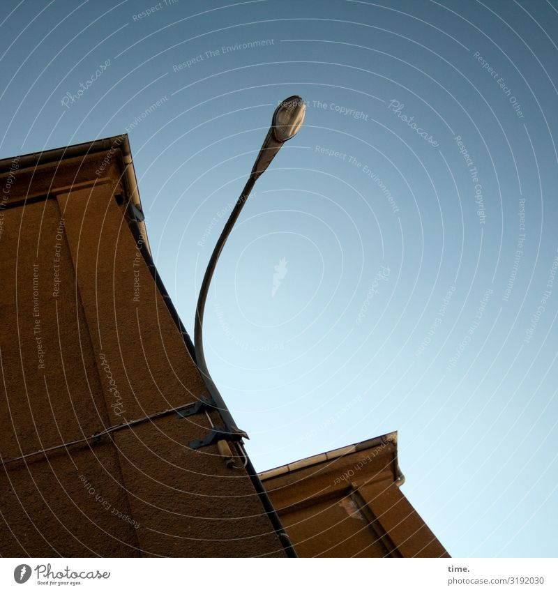 Lightbox (I) | ChamanSülz Haus Mauer Wand Dach Dachrinne Lampe Straßenbeleuchtung Stein Metall elegant hoch Begeisterung Kraft Wachsamkeit Leben Ausdauer