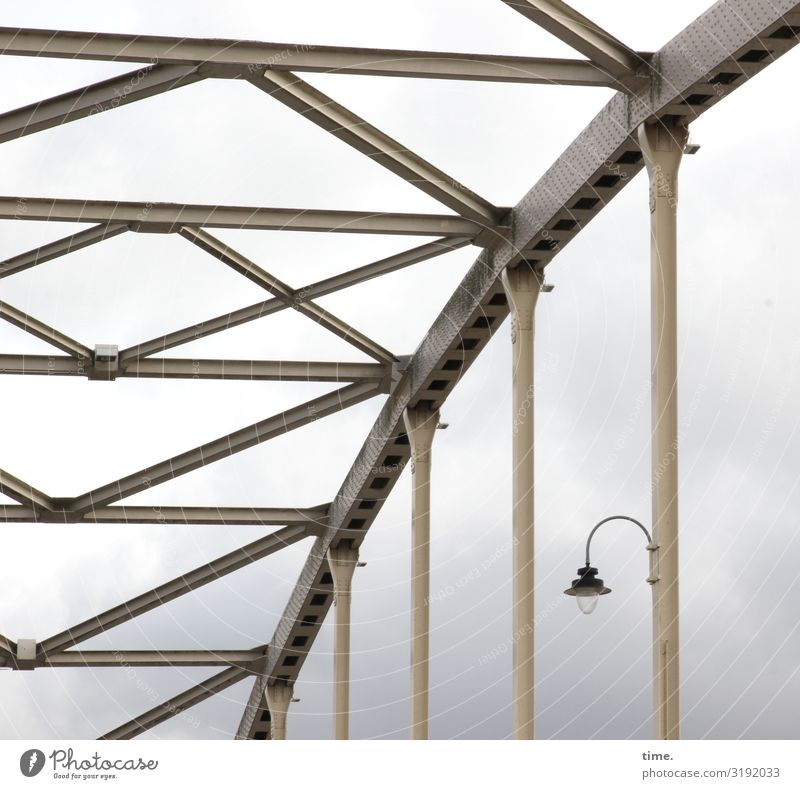 Lightboxen (IX) Himmel Wolken Gewitterwolken schlechtes Wetter Brücke Bauwerk Gebäude Architektur Lampe Laterne Bogen Metall Stahl Linie Streifen Zusammensein