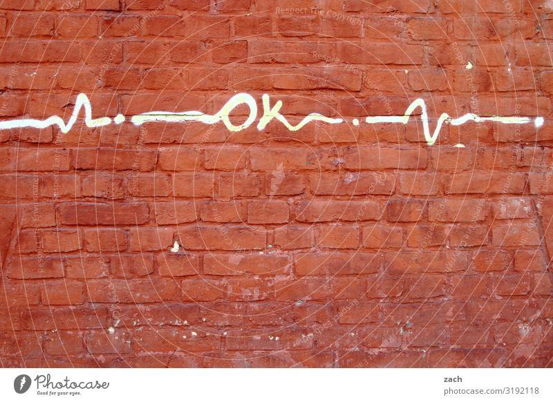 Okay Kleinstadt Stadt Stadtzentrum Altstadt Haus Mauer Wand Fassade Backstein Zeichen Schriftzeichen Schilder & Markierungen Graffiti Glück gut positiv rot