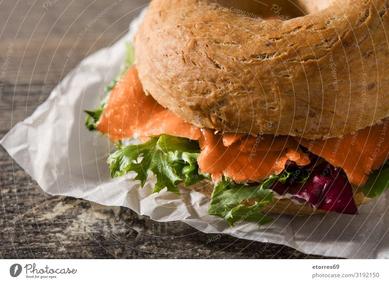 Bagel-Sandwich mit Frischkäse, Räucherlachs und Gemüse Belegtes Brot Lachs Salat Rucola Fisch Vegetarische Ernährung Lebensmittel Gesunde Ernährung