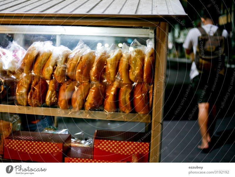 Straßenhändler für Lebensmittel in der Nacht Brot Kuchen Fastfood Lifestyle kaufen Mensch Junger Mann Jugendliche Körper 1 Kleinstadt Stadt Verpackung Paket