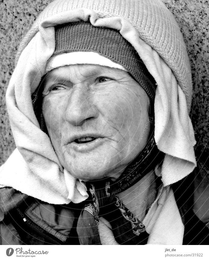 Russian Bag Lady 4 Senior schwarz weiß Porträt Frau Weiblicher Senior ca. 80 Jahre Russland
