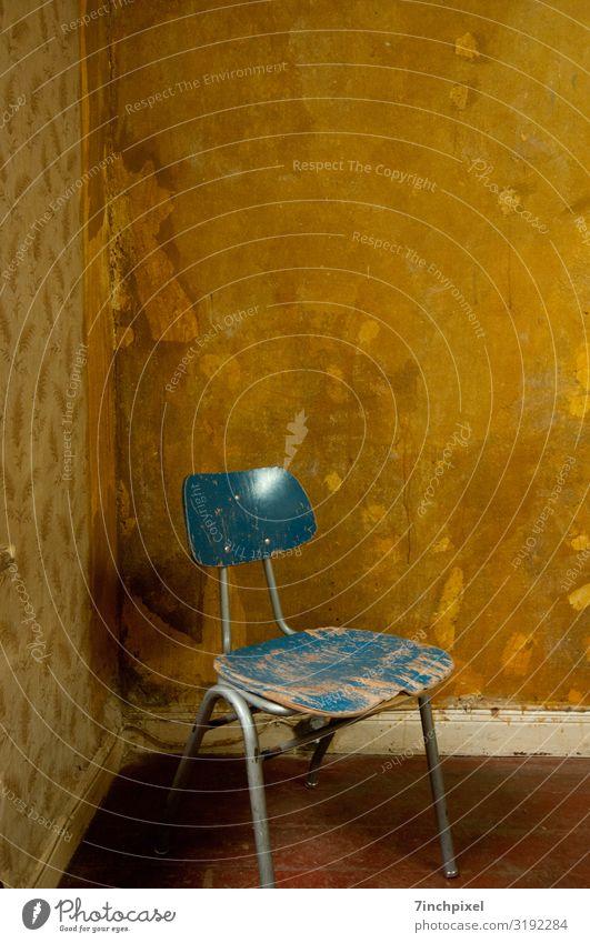 Sitzecke Stuhl Tapete Raum Holz Metall alt dreckig kaputt trashig trist blau braun Verfall Vergänglichkeit Farbfoto Gedeckte Farben Innenaufnahme Menschenleer