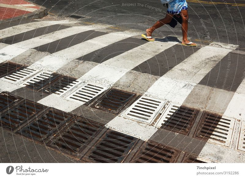 Flipflop-Crosswalk Ferien & Urlaub & Reisen Sommerurlaub Mensch maskulin Beine Fuß 1 Verkehrswege Fußgänger Straße Badehose Flipflops gehen blau rot schwarz