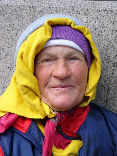 Russian Bag Lady 3 Senior Freundlichkeit mehrfarbig Kopftuch Mütze Frau Weiblicher Senior ca. 80 Jahre Russland