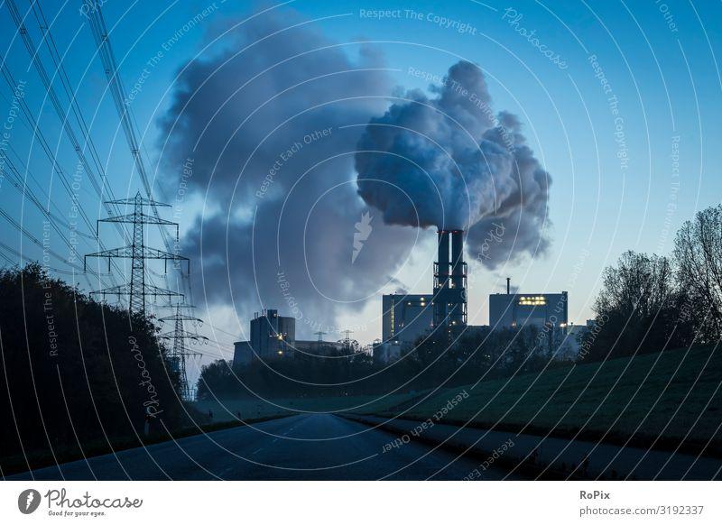 Elektrizitätswerk bei Einbruch der Dunkelheit. Lifestyle Reichtum Design Wissenschaften Arbeit & Erwerbstätigkeit Beruf Arbeitsplatz Fabrik Wirtschaft Industrie