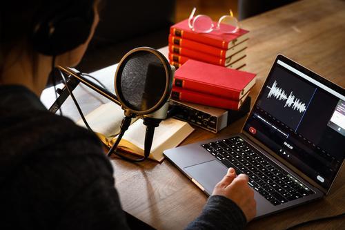 Podcasting / Over your shoulder Frau Mensch rot schwarz Erwachsene Wärme sprechen feminin Arbeit & Erwerbstätigkeit Kommunizieren Buch Kabel Netzwerk Internet