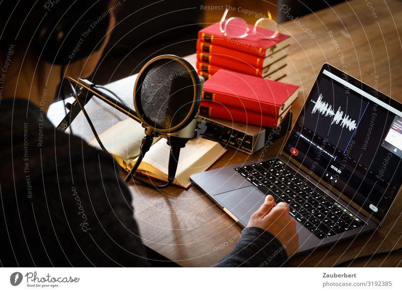 Podcasting / Over your shoulder Werkstatt Medienbranche Notebook Kabel Mikrofon Informationstechnologie Internet feminin Frau Erwachsene 1 Mensch 30-45 Jahre