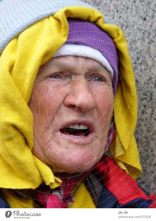 Russian Bag Lady 2 Senior Aufregung mehrfarbig Kopftuch Mütze Frau Weiblicher Senior redend ca. 80 Jahre Russland