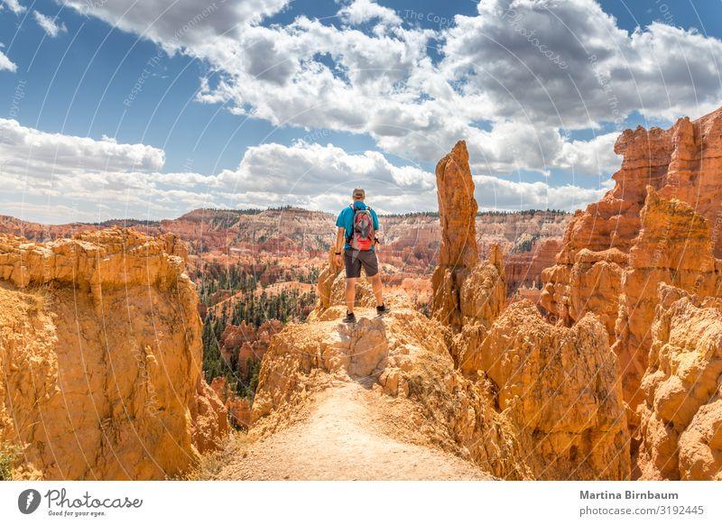Männlicher Tourist genießt die Aussicht auf den Bryce Canyon, Utah Ferien & Urlaub & Reisen Berge u. Gebirge Mann Erwachsene Natur Landschaft Himmel Park Felsen