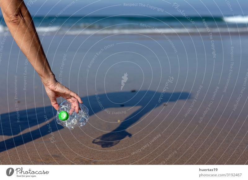 Frau, die Müll und Plastik aufhebt und den Strand reinigt. Flasche Lifestyle Meer Mensch feminin Erwachsene Hand 30-45 Jahre Umwelt Natur Sand Küste Hund Paket