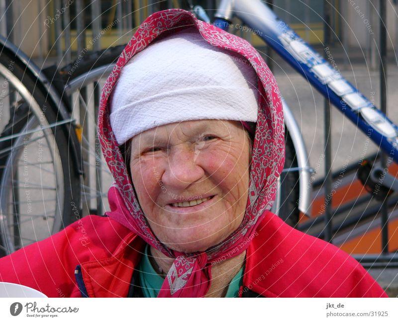 Russian Bag Lady 1 Senior mehrfarbig Kopftuch Mütze Frau Weiblicher Senior ca. 80 Jahre Russland