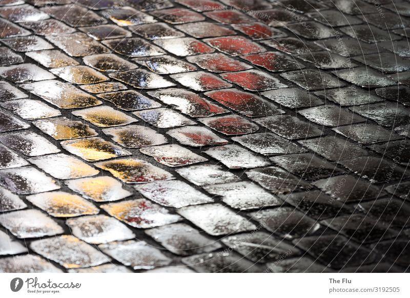Glanz und Gloria Regen Straße Stein gelb grau rot schwarz weiß Kopfsteinpflaster Reflexion & Spiegelung glänzend Nachtaufnahme Leuchtreklame Farbfoto mehrfarbig